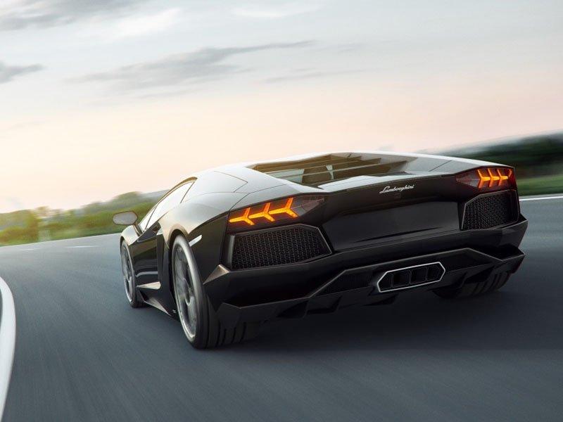 Lamborghini Avendator Yolda wallpaper